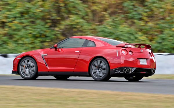 2014-Nissan-GT-R-rear-three-quarter-1